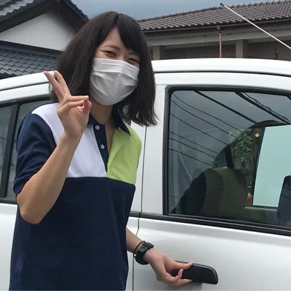 瑠璃の里 訪問介護・居宅介護サービス提供責任者 市川三咲社用車前にて